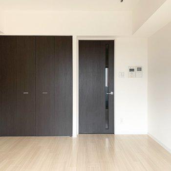 シンプル一人暮らしにぴったりのお部屋です。(※写真は9階の同間取り別部屋のものです)