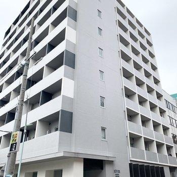 大通り沿いに建つ大きなマンションです。