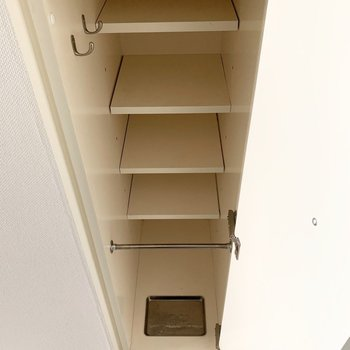 可動棚とフックと傘受け付きで機能も良し◎(※写真は9階の同間取り別部屋のものです)