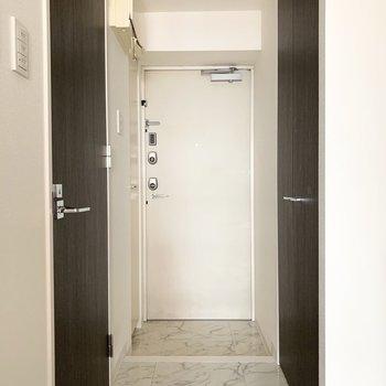 玄関タタキも廊下とテイストを合わせて。(※写真は9階の同間取り別部屋のものです)