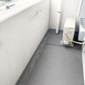 ベランダもきちんとありますよ。洗濯物も干せます。(※写真は9階の同間取り別部屋のものです)