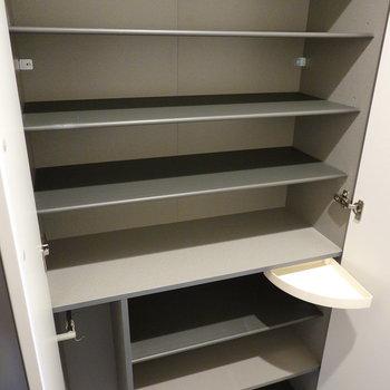 靴箱にトレーや傘用のスペースもありますよ。