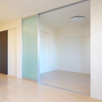 お隣には半透明の引き戸で仕切られた5.7帖の洋室も。