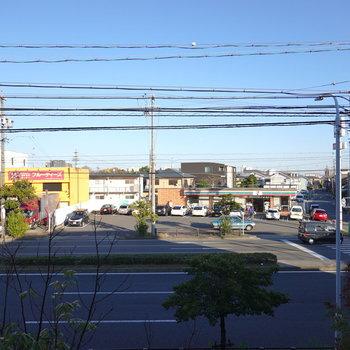 建物の前は大通りなので眺望はスッキリしています。