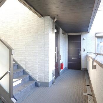 玄関前の共用部もご覧の広さ。