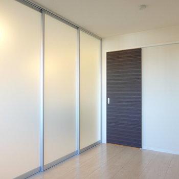 半透明なので仕切っても開放的!焦茶色の扉の向こうは廊下。
