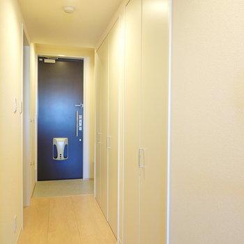 廊下にも収納が2つ備えられています。