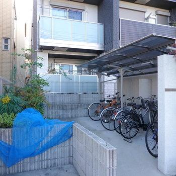 駐輪場と敷地内ゴミ置き場もすぐ近くにありますよ。