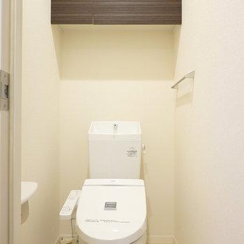 トイレもしっかりウォシュレット付き。収納もあるのが嬉しいね。