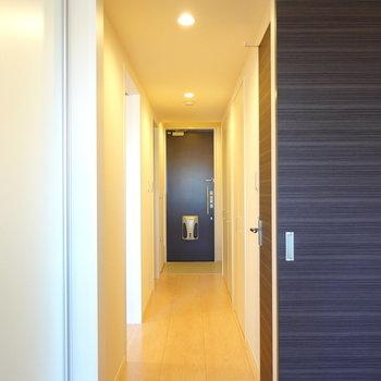 廊下はキッチン側と洋室側から出られます。