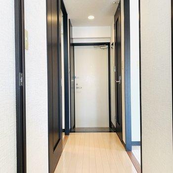 廊下はダウンライトで帰ってきた瞬間、落ち着く空間。