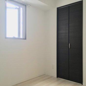 こちらは約4帖の洋室です※写真は6階の同間取り別部屋のものです