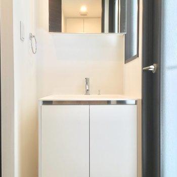 右手にはピカピカの独立洗面台!※写真は6階の同間取り別部屋のものです