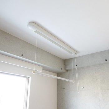 窓の前には収納できる物干し竿があるので部屋干しも可能。