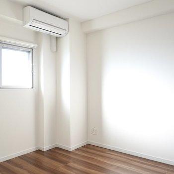 洋室は5帖。ダブルサイズのベッドがちょうど良い広さ。