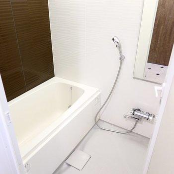 お風呂は足を伸ばして過ごせる大きさ!