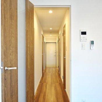 その他の水回りと洋室は廊下に出て右側に。