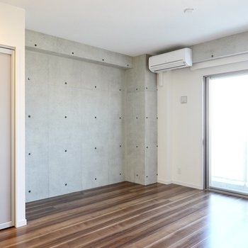 窓側のこちらはテレビを置いたり好きな物を飾ったり、感性を磨くスペースに!