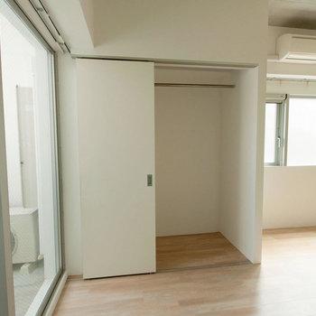 【収納】寝室の収納はうれしい引き戸タイプ※写真は同間取り別部屋のもの