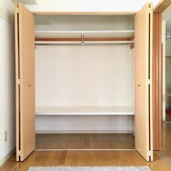 洋室には大きな収納がありました。(※写真は8階の反転間取り別部屋、モデルルームのものです)