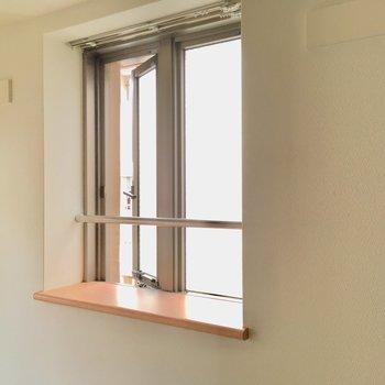 出窓には、多肉やエアープランツを置こうかな?(※写真は8階の反転間取り別部屋、モデルルームのものです)