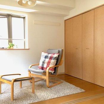 まずは洋室4.2帖。こちらはベッドルームになりそう。(※写真は8階の反転間取り別部屋、モデルルームのものです)