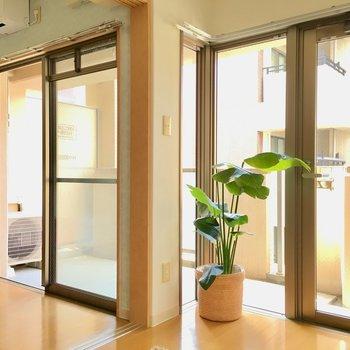 ちなり合わせに2面分の窓。(※写真は8階の反転間取り別部屋、モデルルームのものです)