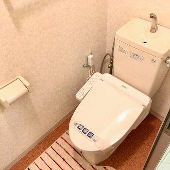 トイレはウォシュレット付き。(※写真は8階の反転間取り別部屋、モデルルームのものです)