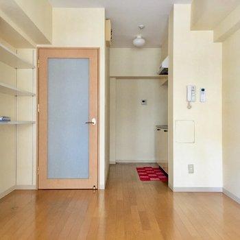 リビングの奥にキッチンスペース。(※写真は8階の反転間取り別部屋、モデルルームのものです)