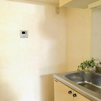 キッチン横に冷蔵庫置場がありました。(※写真は8階の反転間取り別部屋、モデルルームのものです)