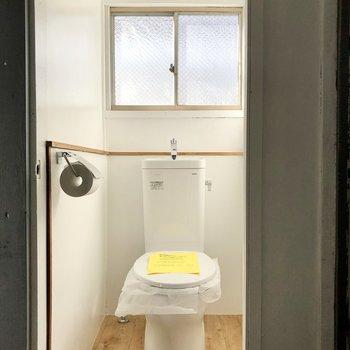 左はトイレ。ライトもこだわりです。