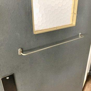 水回りへの扉にはポール付き。タオルかけられそう!