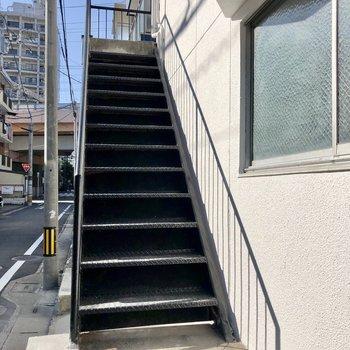 2階のお部屋なのでこちらを登って。