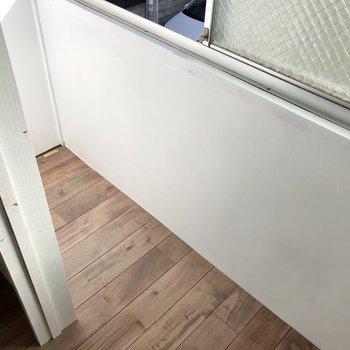 グレーの扉の奥には、窓付きの収納スペースです。