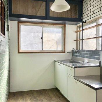 さて、このちぐはぐさが魅力的かつキュートなキッチン。窓が沢山で明るいです。