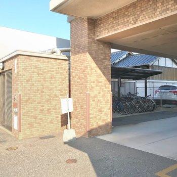 駐輪場とごみ置き場はお店のお隣。屋根がついていて安心です。