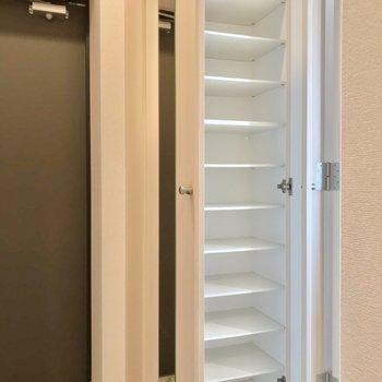 シューズボックスも容量たっぷり。扉には鏡もついています!