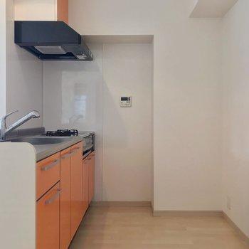 白が基調の内装の中、オレンジ色が映えますね。冷蔵庫も食器棚もゆったり置けそう!