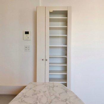 こんな棚も備え付け!お気に入りのコレクションを並べたいですね。