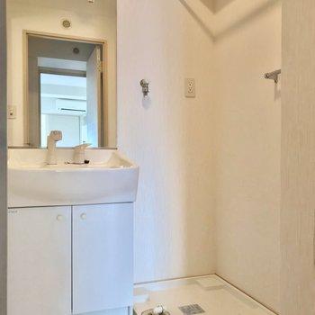 洗面台には大きな鏡がついていて、朝の支度もラクラク!