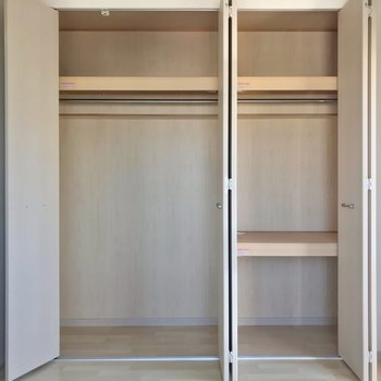 収納は壁一面に。お洋服が好きな方にも安心な容量です!
