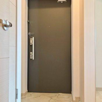 玄関はダブルロック。防犯面も安心ですね。
