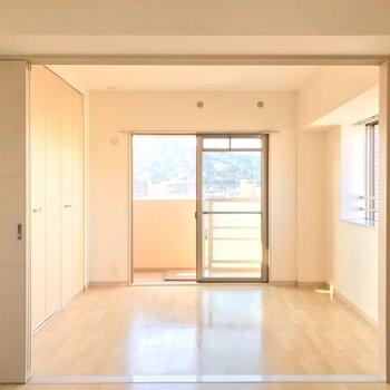 洋室は5帖。ダブルベッドも置ける広さです。
