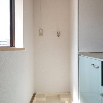 洗濯機置き場はキッチンの奥にあります。