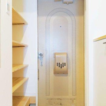 玄関には白タイルが敷き詰められています。かわいい〜!
