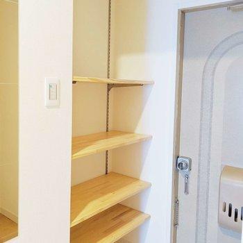玄関の棚には可動式の棚を。長いブーツをおいても、お気に入りの小物をおいてもグッド!