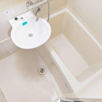 お風呂は2点ユニット。朝の身支度はここでささっとしませましょ。