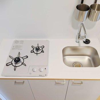 キッチンは2口。斜め配置だと、柄の長いフライパンも2つ置けそう◎