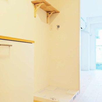 洗濯機は廊下に。上の棚も、お部屋に雰囲気にあってますね。