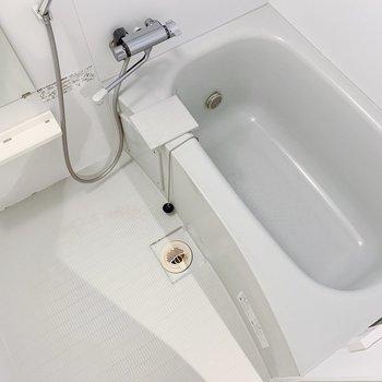 お風呂はころんとした形がキュート。(※写真はクリーニング前のものです)